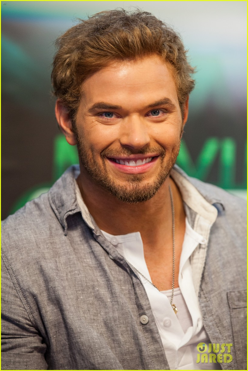 kellan lutz dc entertainment darkness light party 01