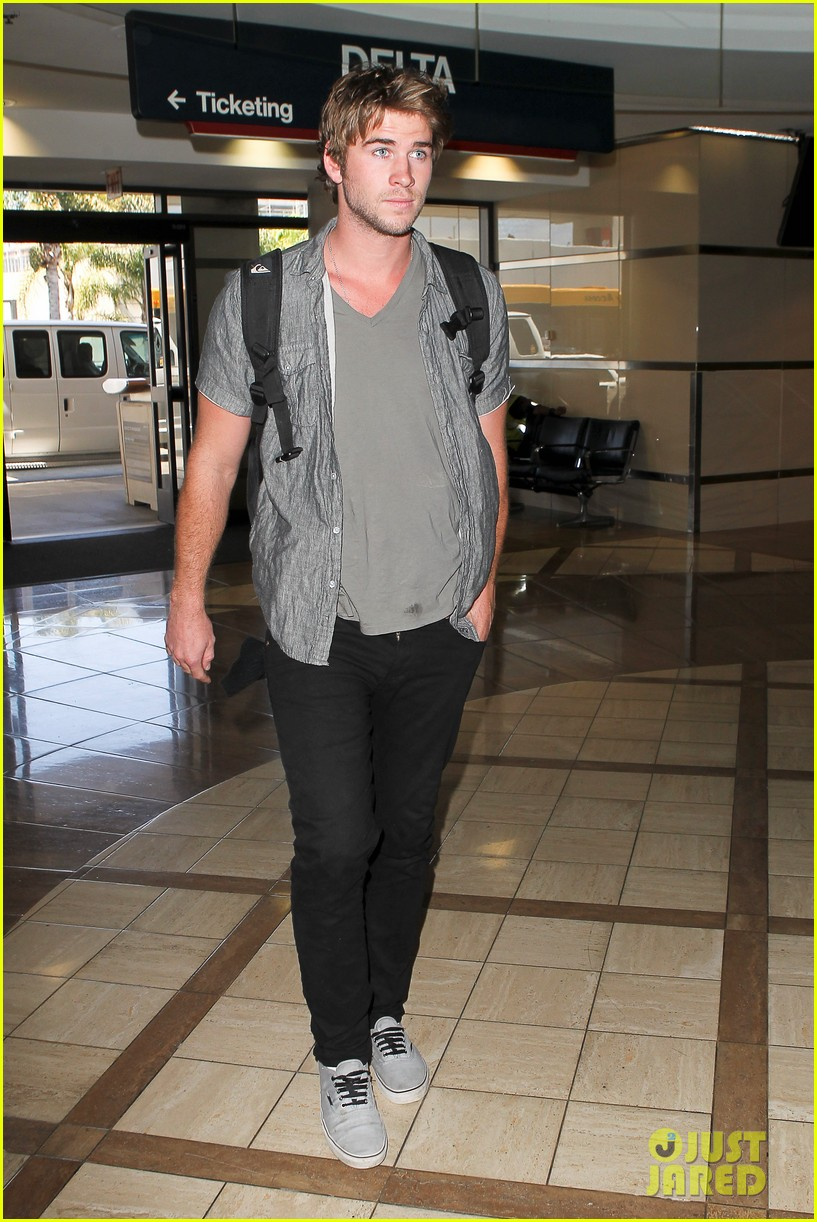 miley liam leaving lax 062684131