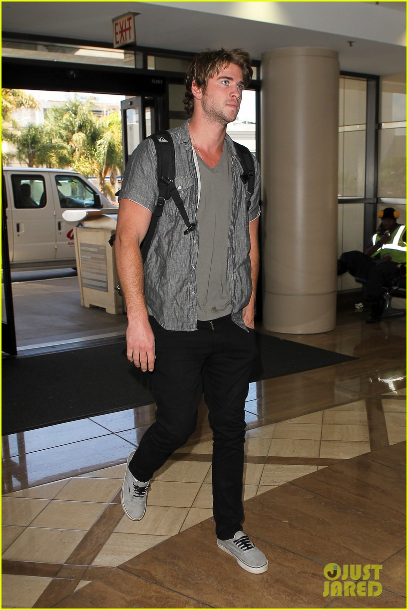 miley liam leaving lax 082684133
