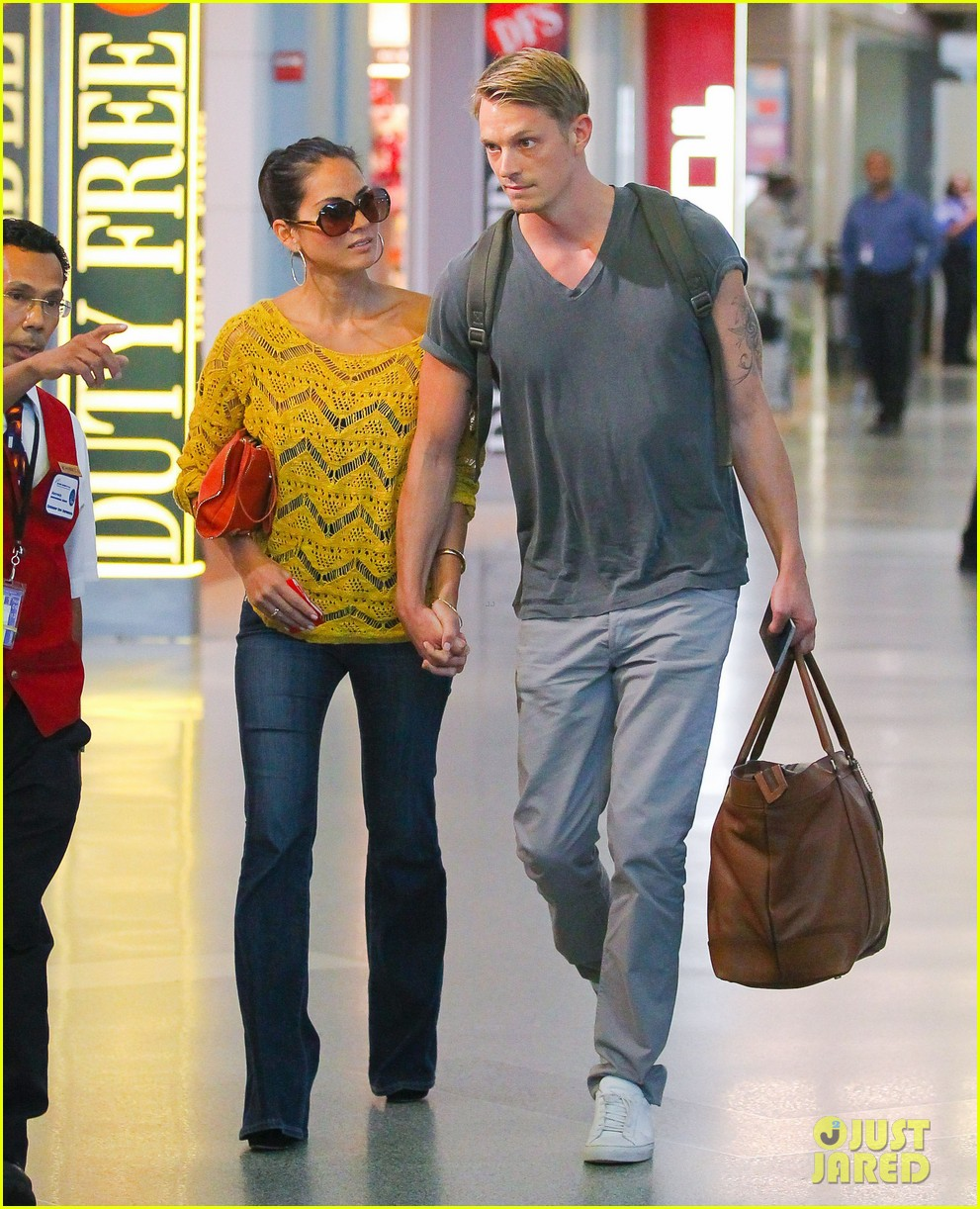 olivia munn joel kinnaman hold hands airport 012694551