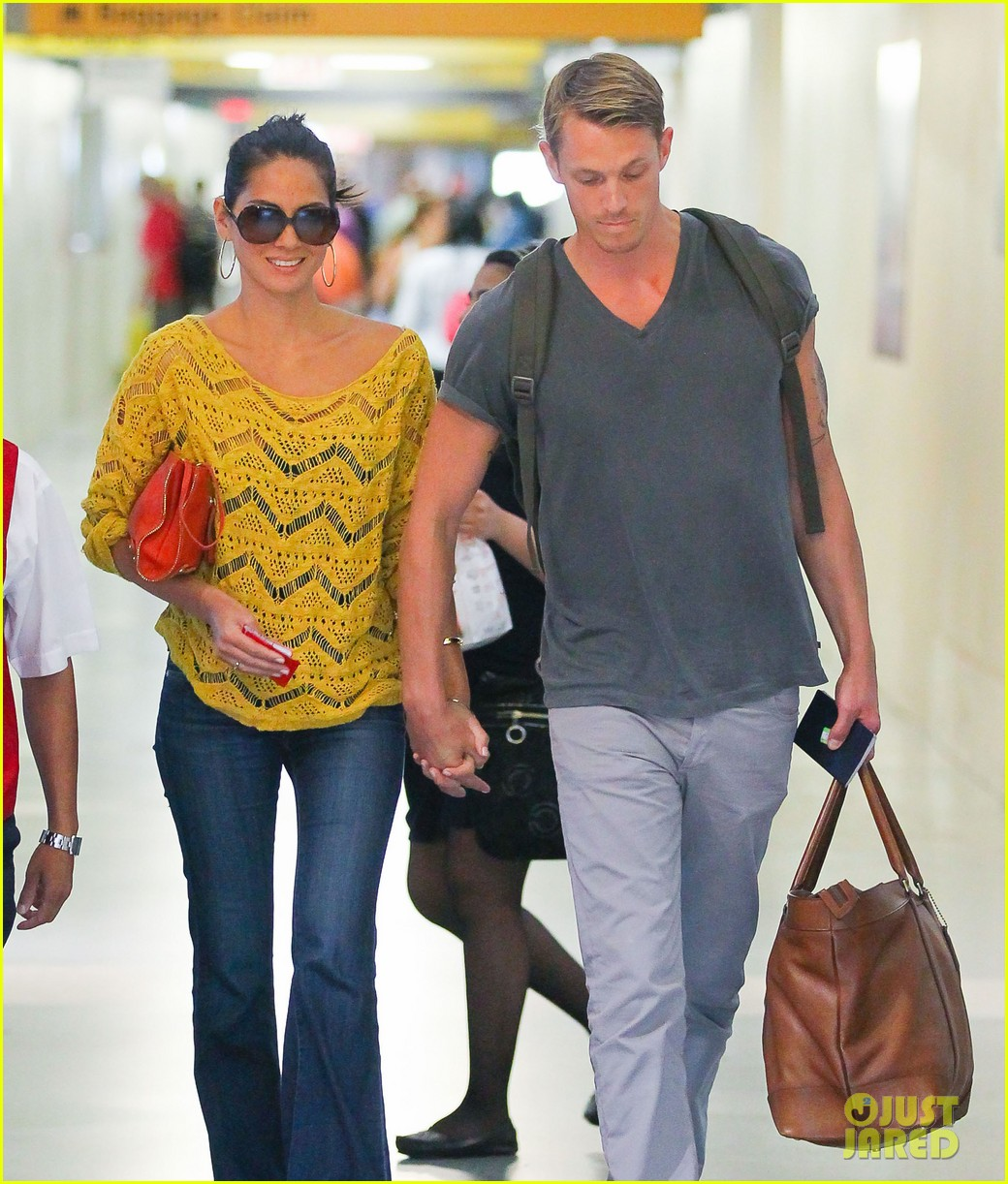 olivia munn joel kinnaman hold hands airport 02