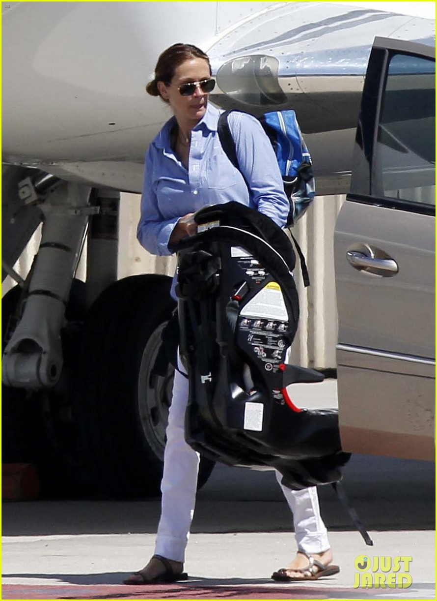 julia roberts boards private jet with the family 012684474