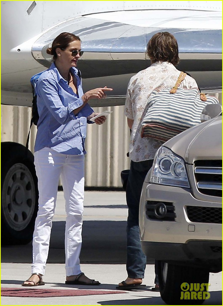 julia roberts boards private jet with the family 032684476