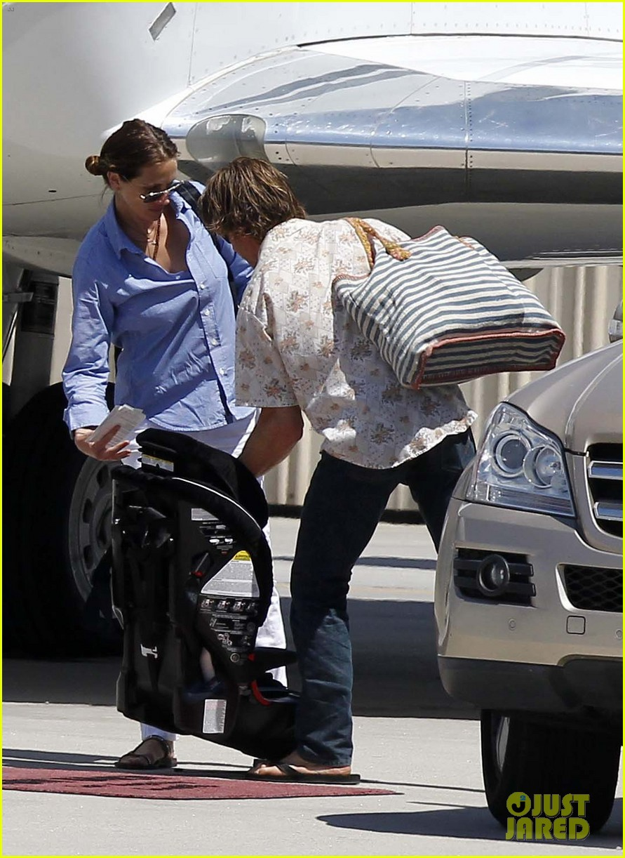 julia roberts boards private jet with the family 042684477