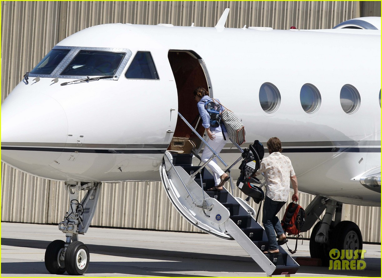 julia roberts boards private jet with the family 05