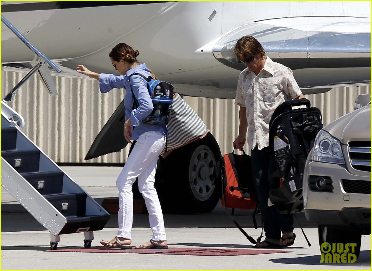 julia roberts boards private jet with the family 07