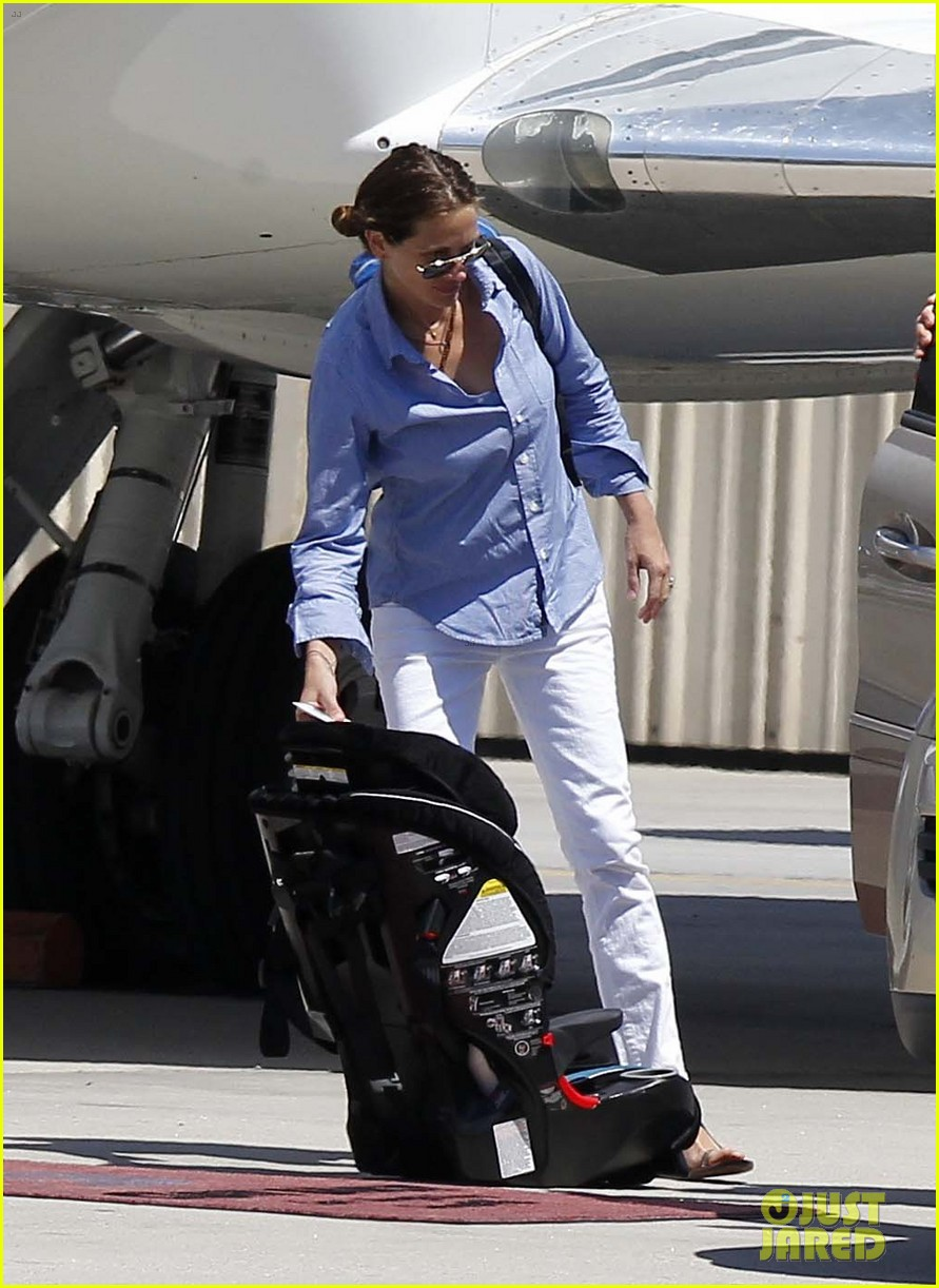 julia roberts boards private jet with the family 092684482