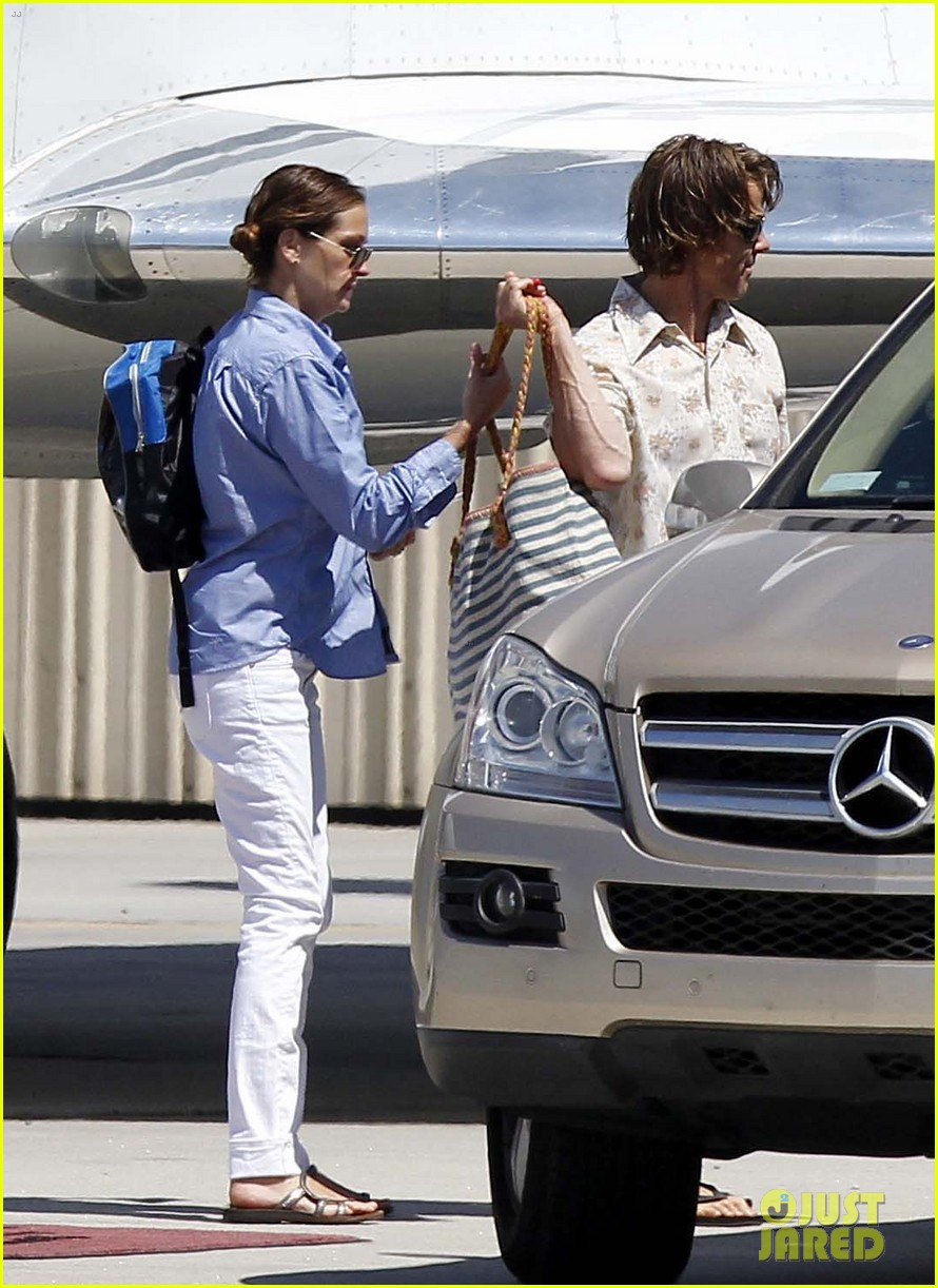 julia roberts boards private jet with the family 11