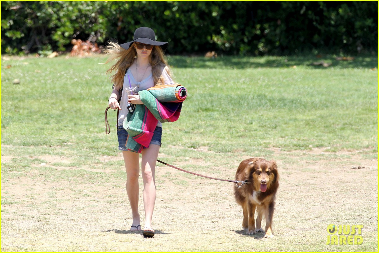 amanda seyfried park with flynn 01