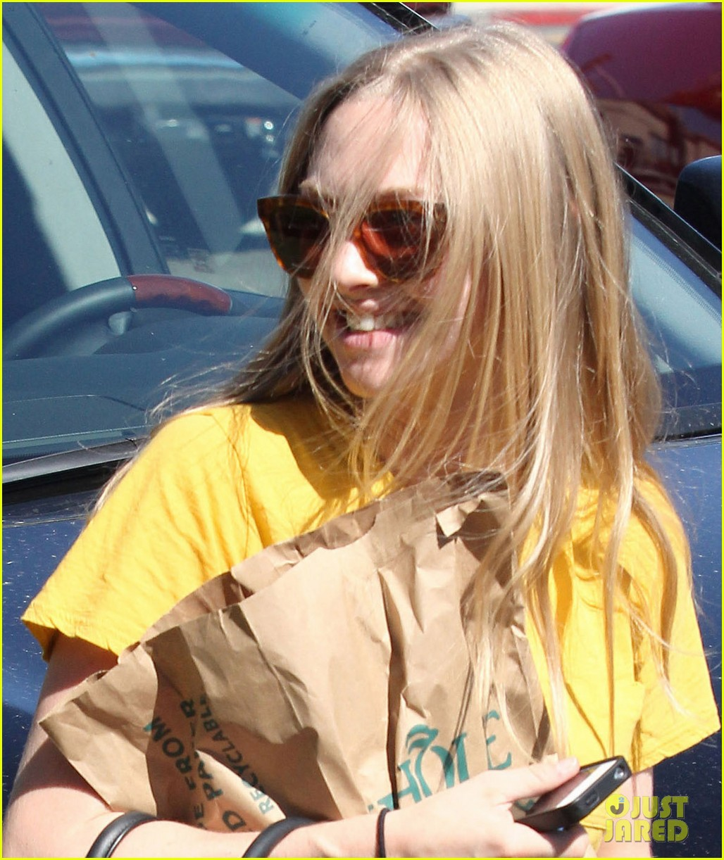 amanda seyfried leaving whole foods 072690023