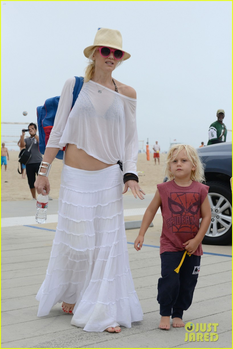 gwen stefani beach with zuma 01
