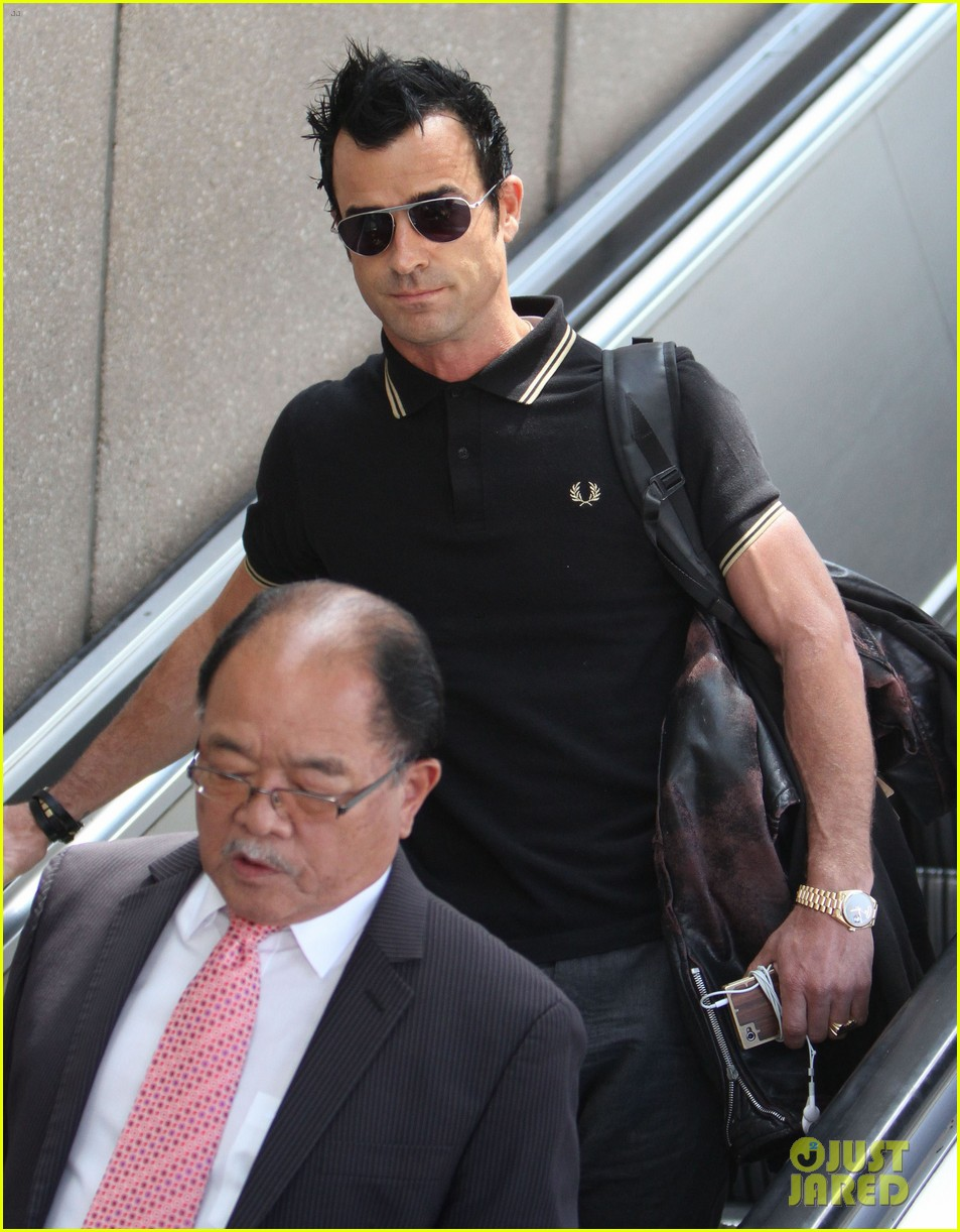justin theroux buff biceps at lax 022692642