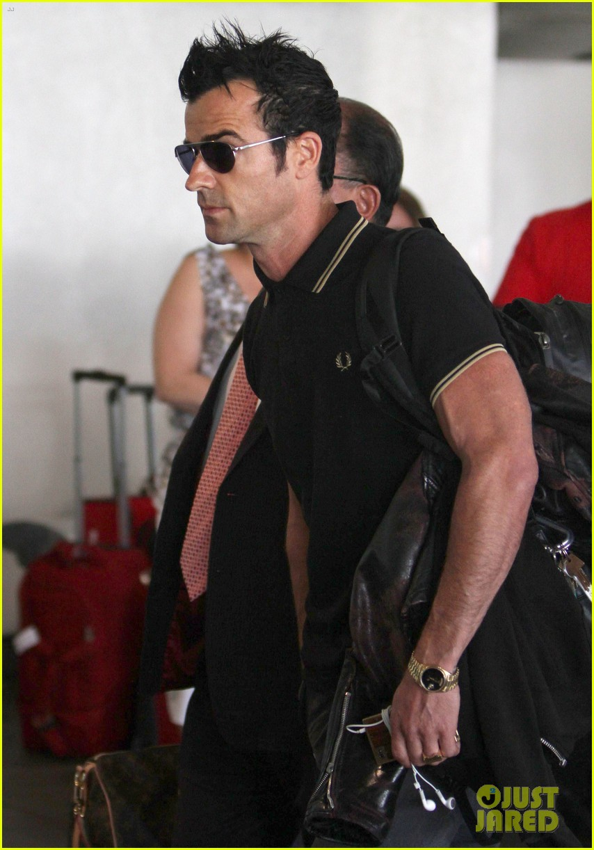 justin theroux buff biceps at lax 052692645