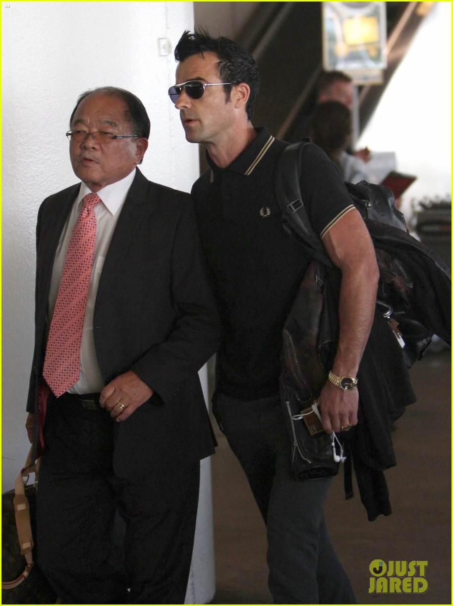 justin theroux buff biceps at lax 09