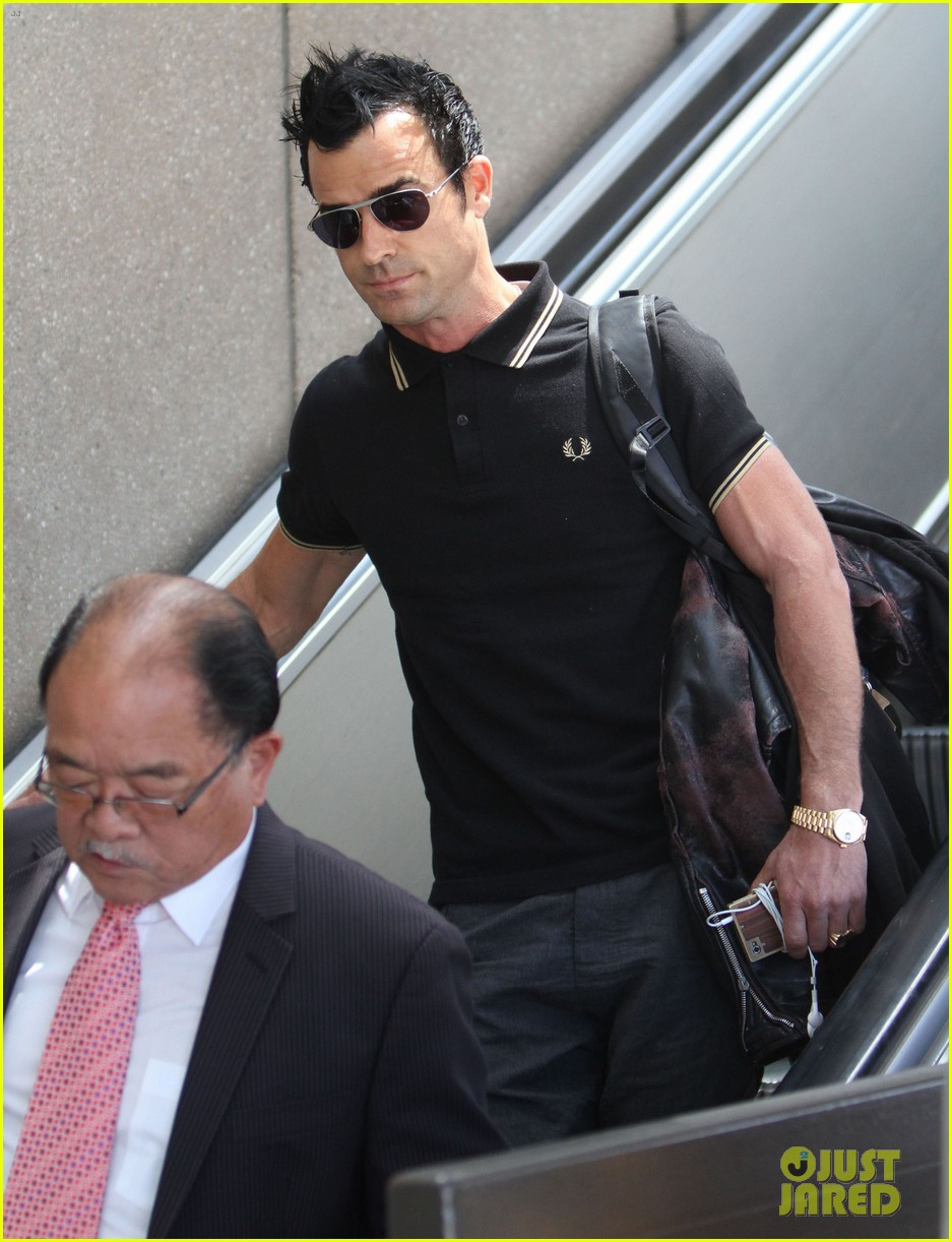justin theroux buff biceps at lax 132692653