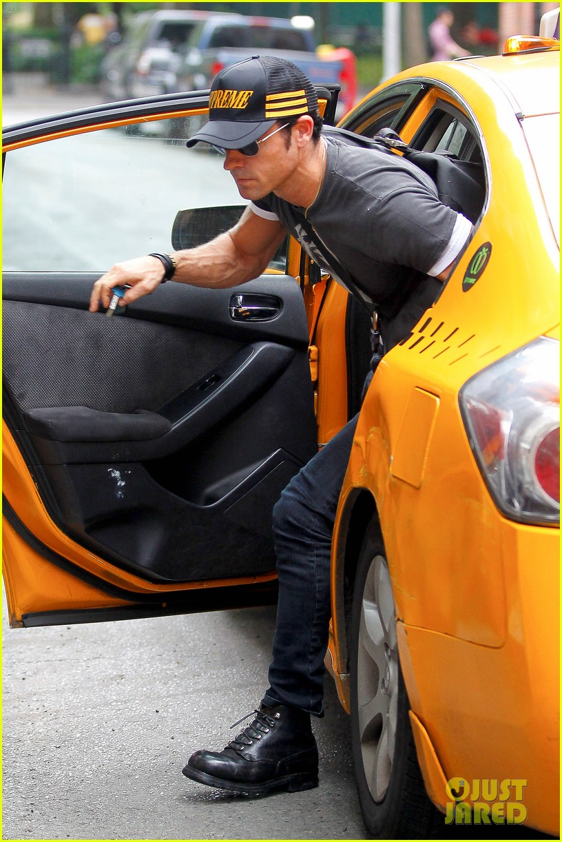 justin theroux hailing a cab 102695045