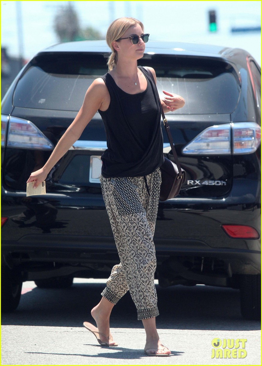 emily vancamp lunch with guy friend 012690094