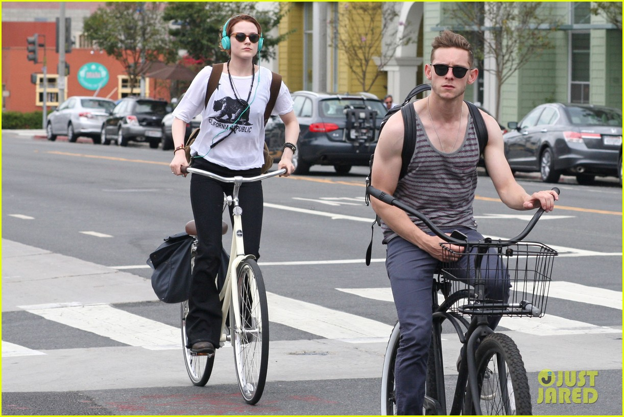 evan rachel wood biking jamie bell 012689826