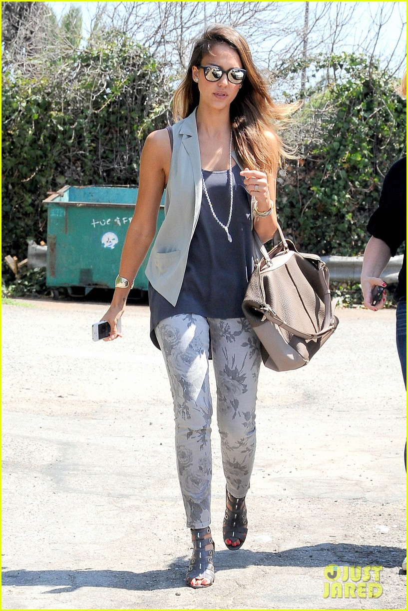 jessica alba mexican food with pal 08