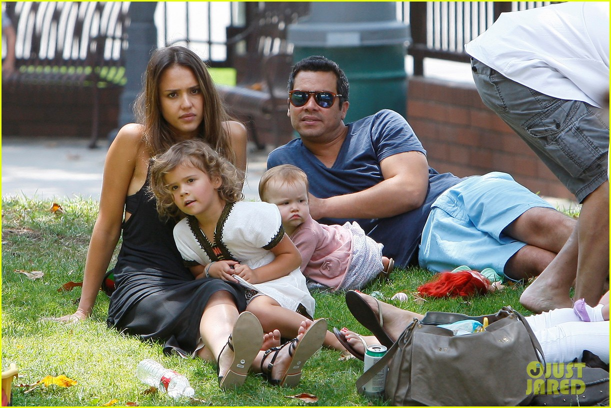 jessica alba park playtime with the family 03