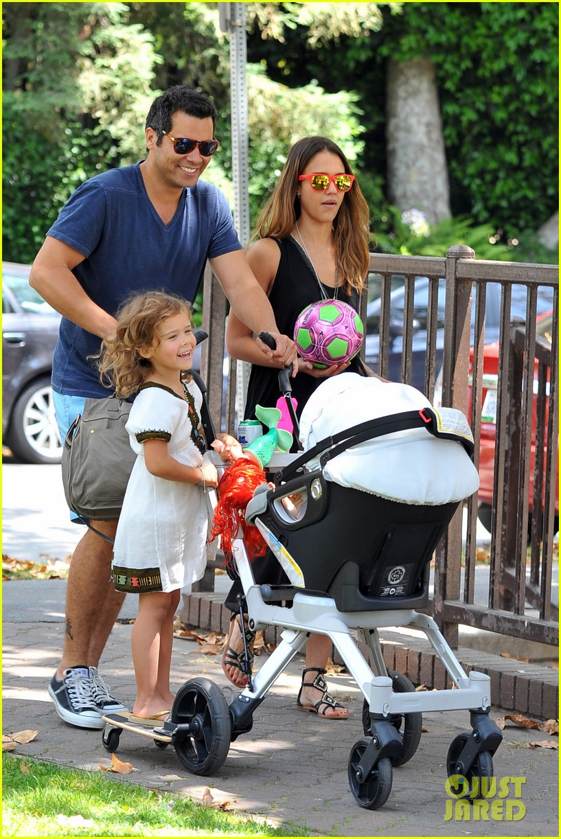 jessica alba park playtime with the family 052697037