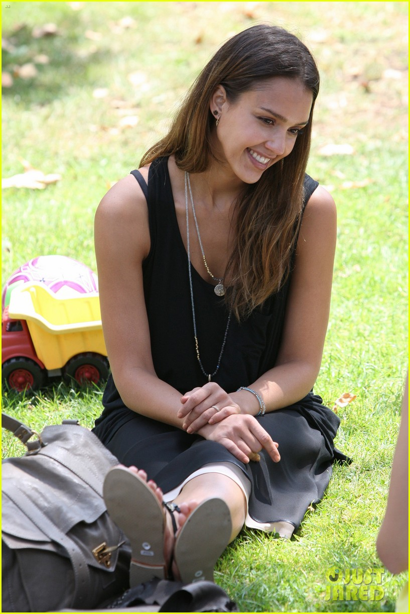 jessica alba park playtime with the family 13