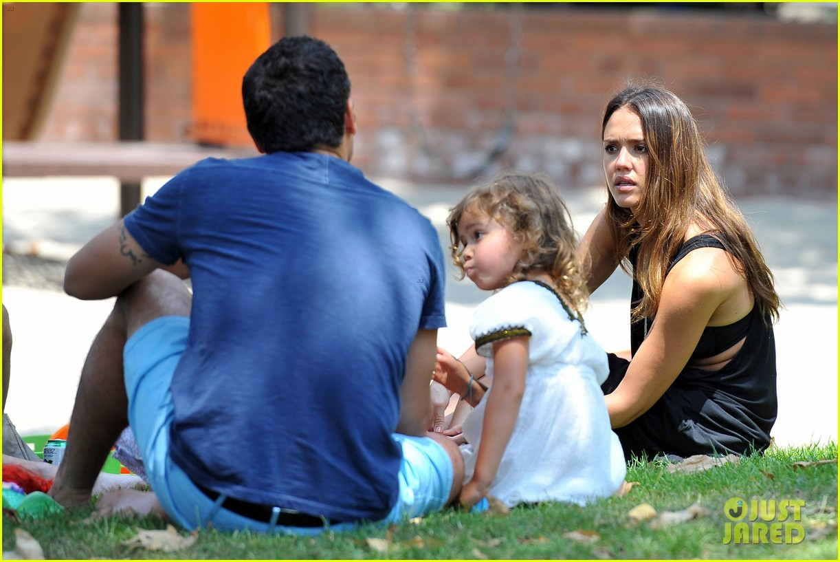 jessica alba park playtime with the family 25