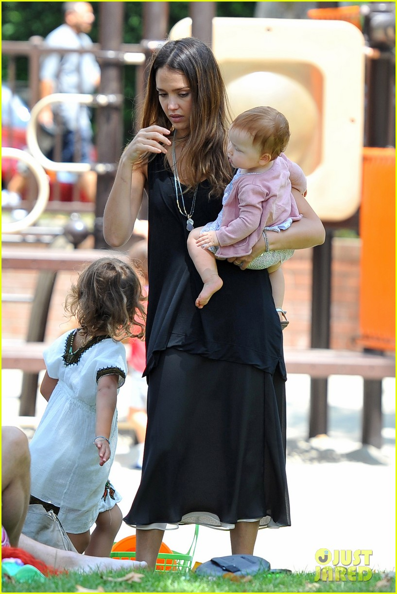 jessica alba park playtime with the family 37