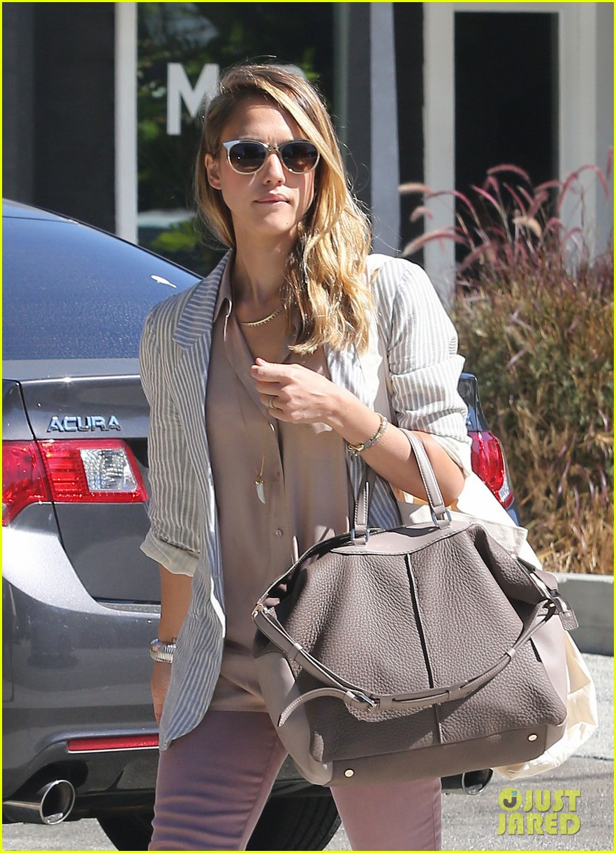 jessica alba shopping beverly hills 15