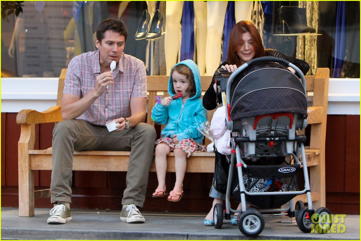 alyson hannigan mckayla maroney visits himym set 05