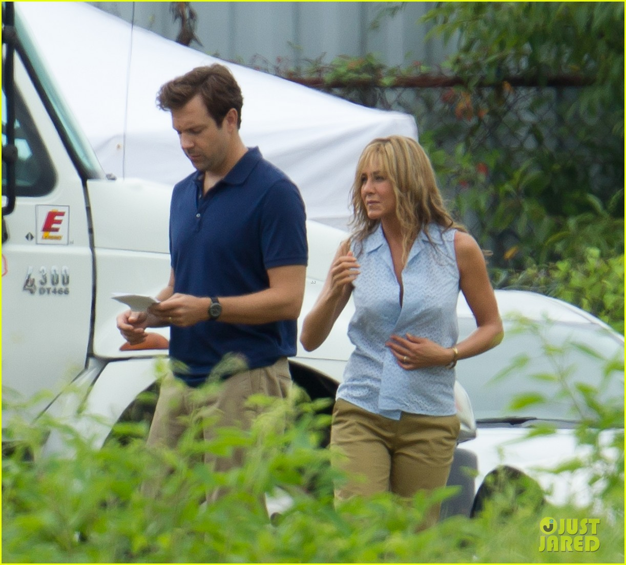 jennifer aniston flashes bra on were the millers set 022705385