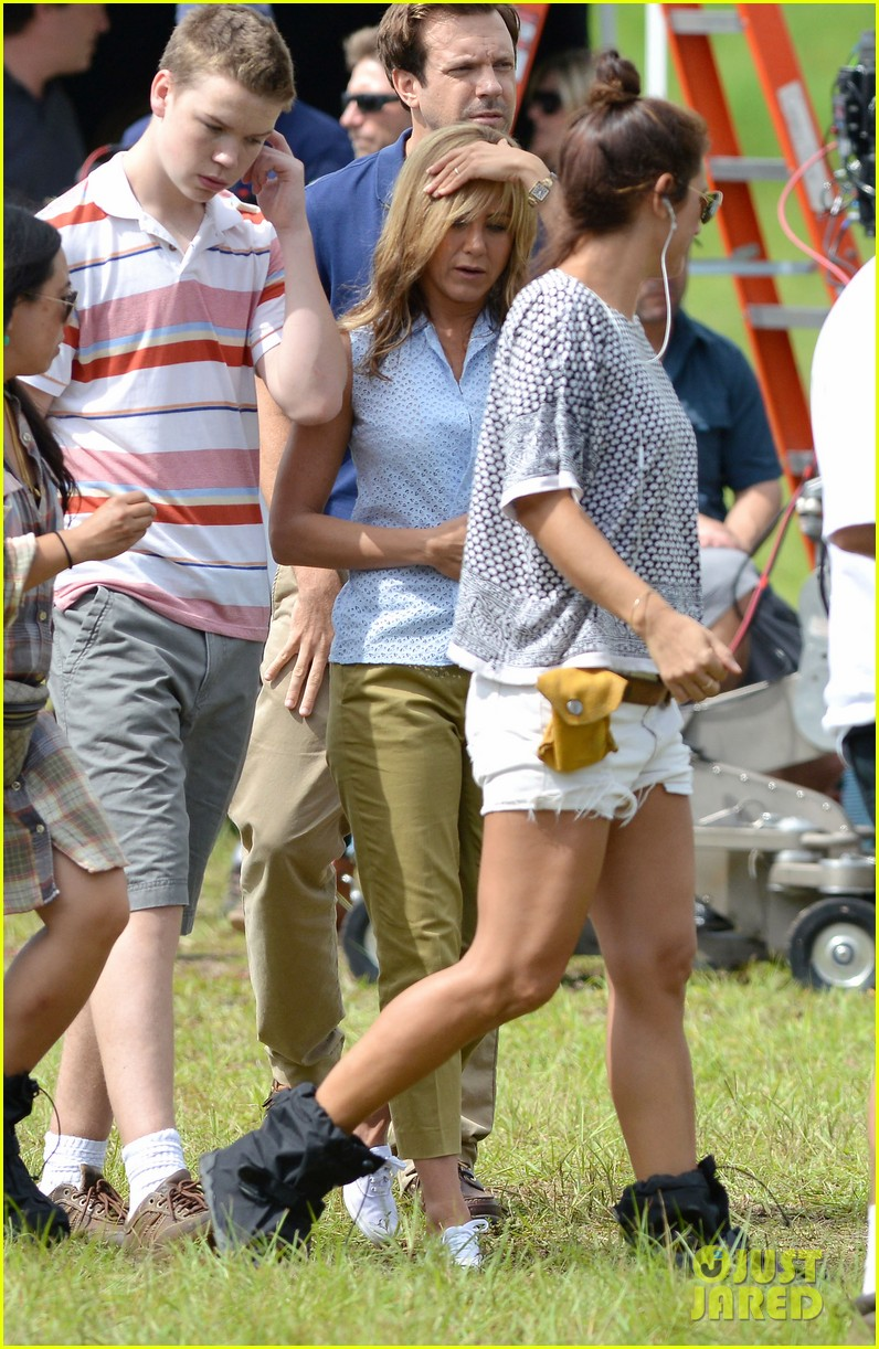 jennifer aniston flashes bra on were the millers set 032705386