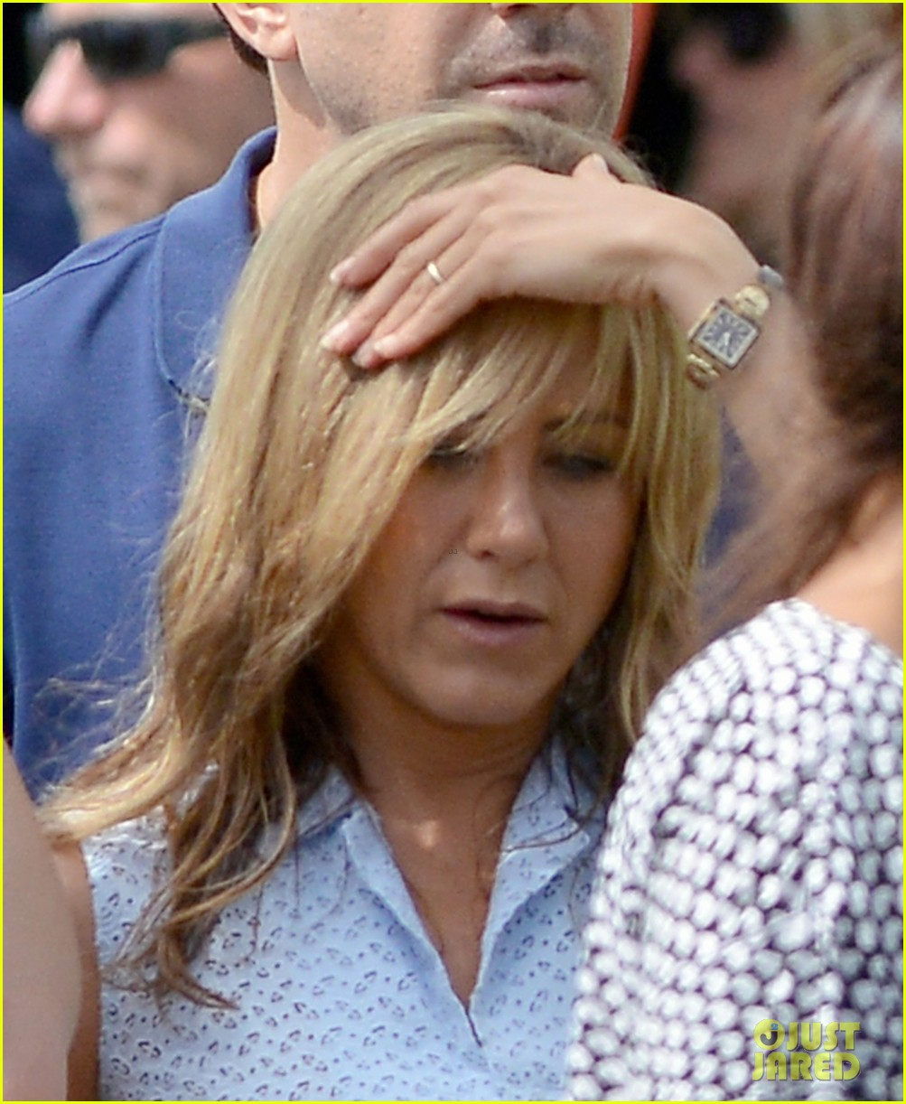 jennifer aniston flashes bra on were the millers set 042705387