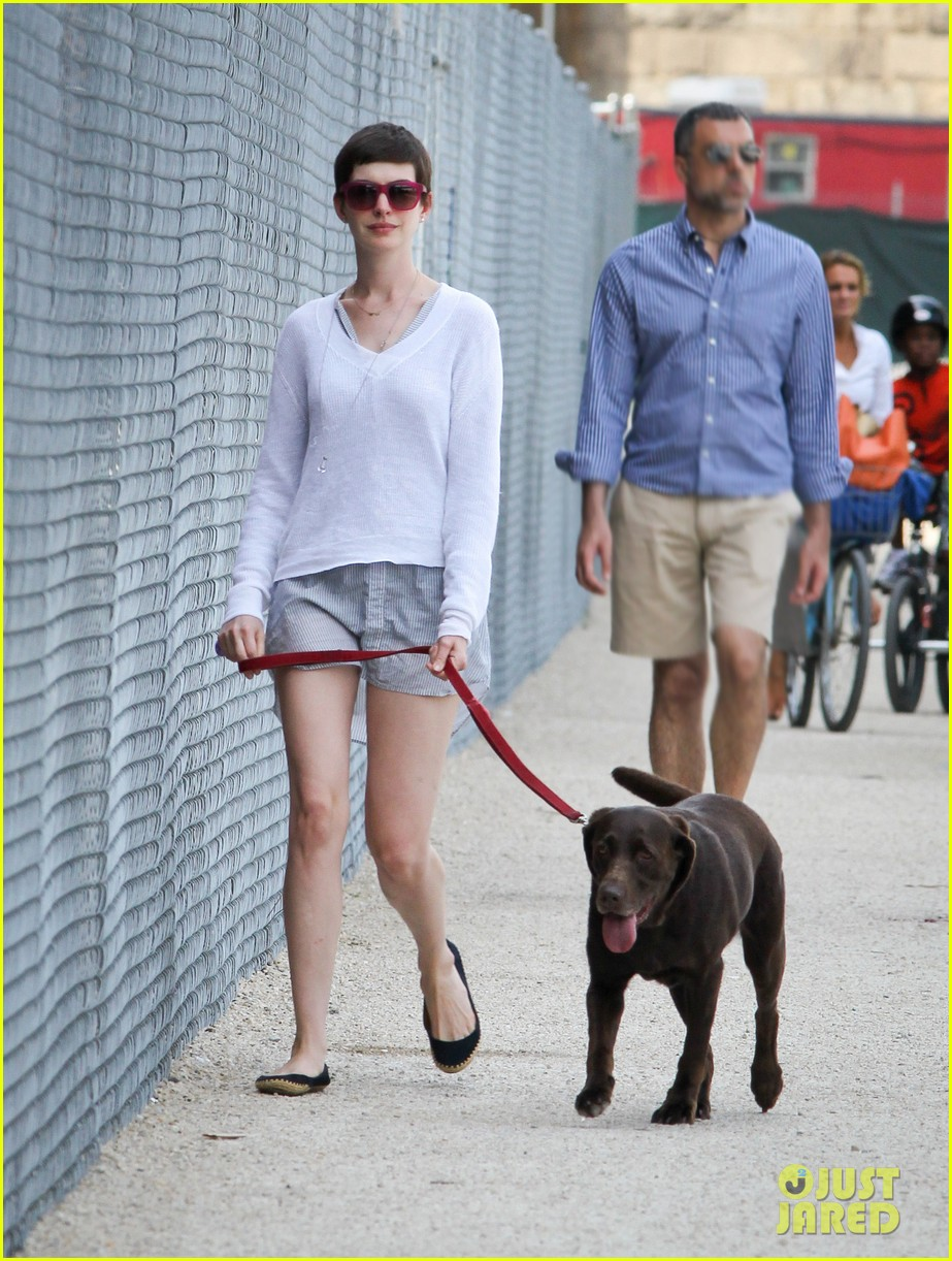 anne hathaway new york city dog walker 032708110