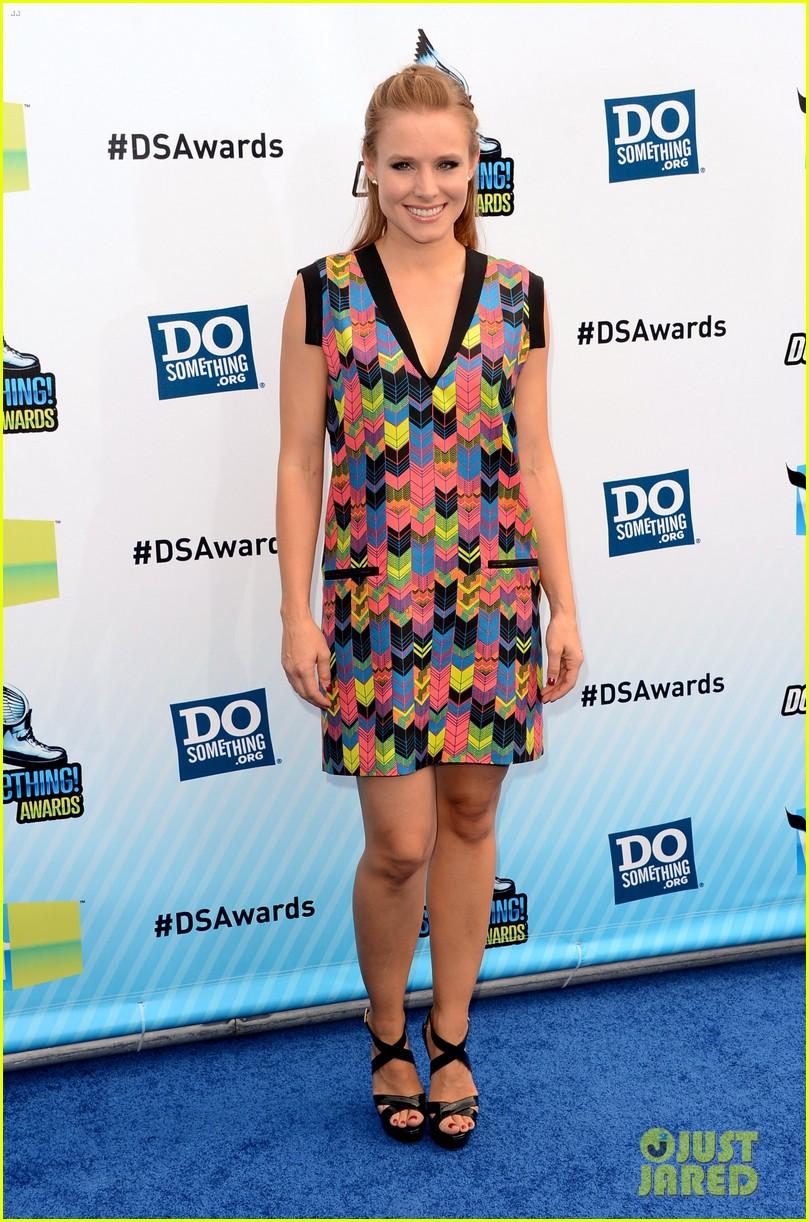 kristen bell dax shepard do something awards 2012 blue carpet 092705586