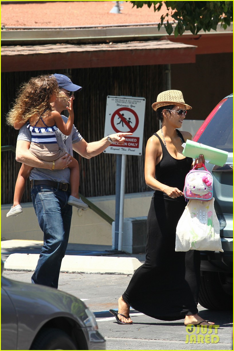 halle berry errands with olivier nahla 10