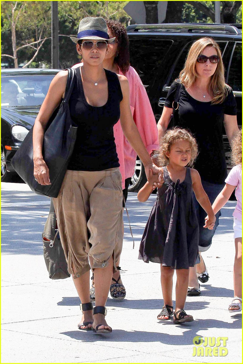 halle berry olivier martinez mary poppins with nahla 152700470