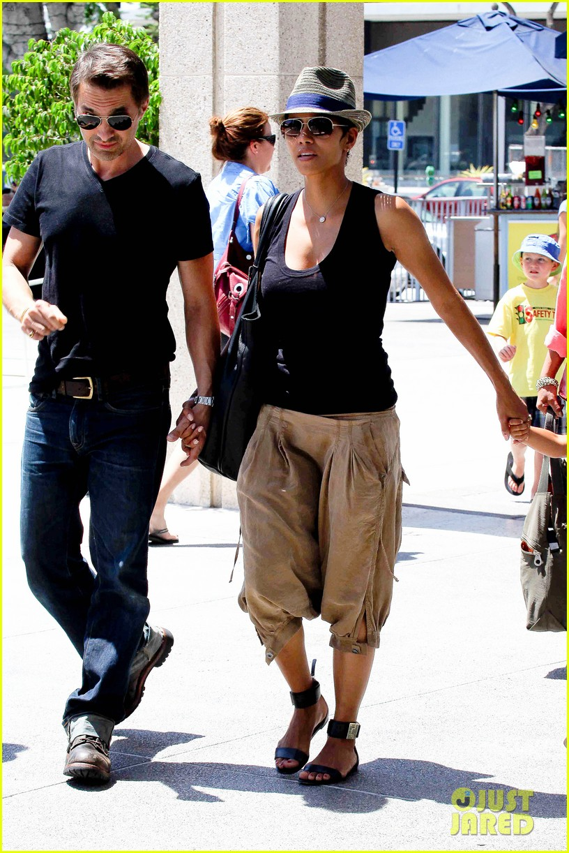 halle berry olivier martinez mary poppins with nahla 182700473