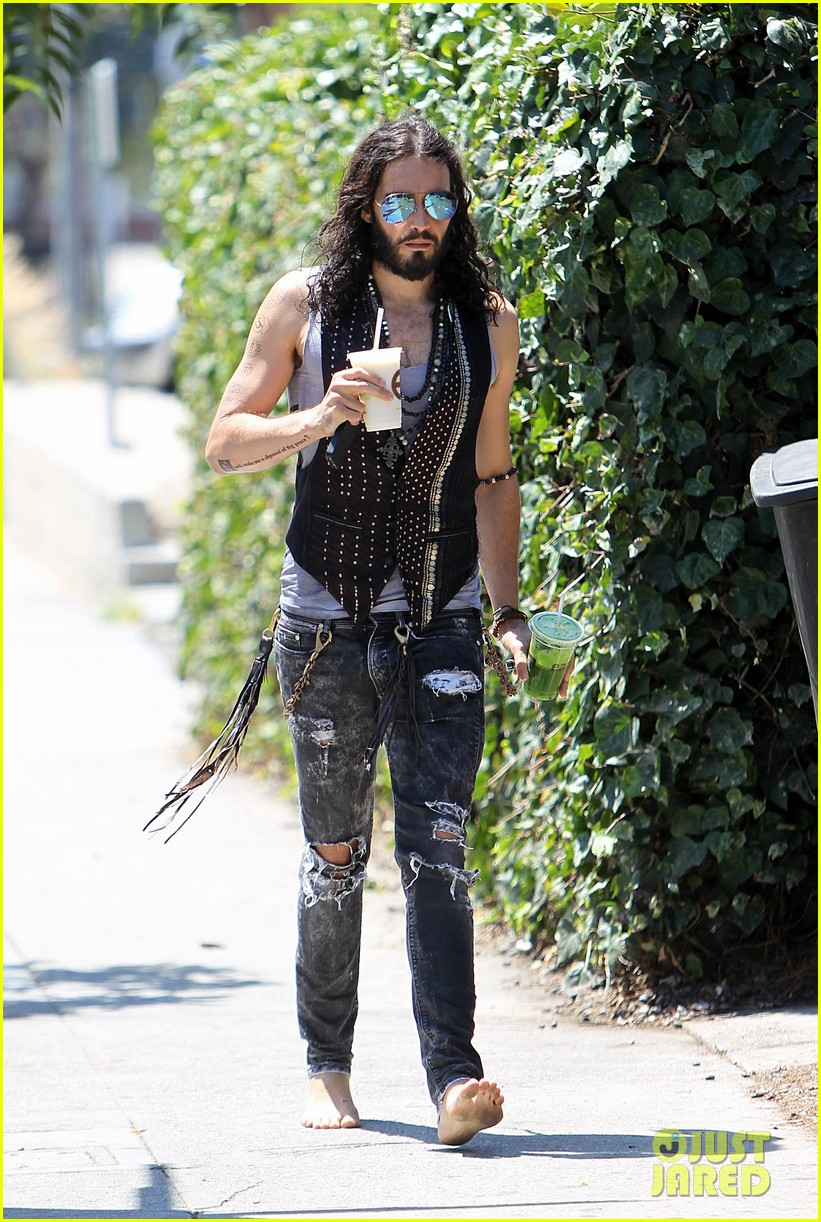 russell brand barefoot with smoothies 012697288