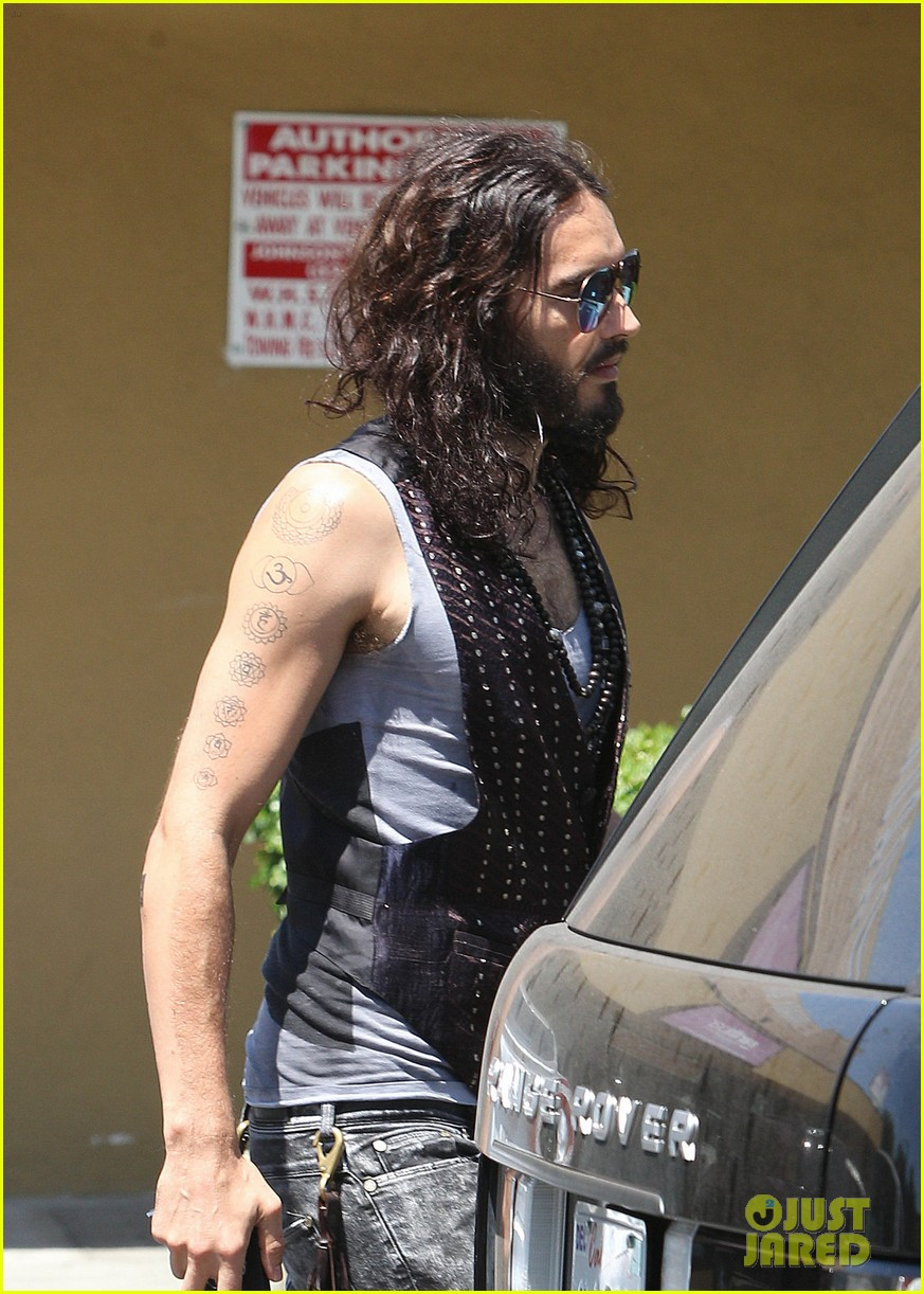 russell brand barefoot with smoothies 022697289