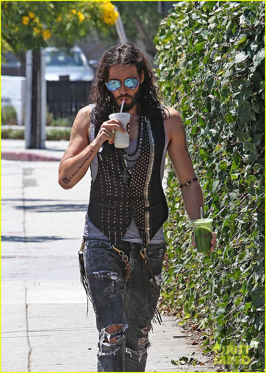 russell brand barefoot with smoothies 052697292