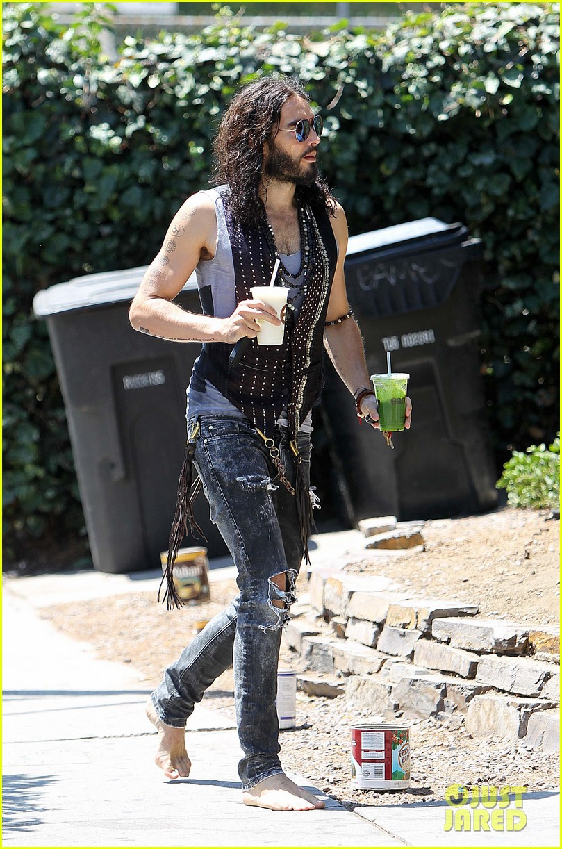 russell brand barefoot with smoothies 062697293