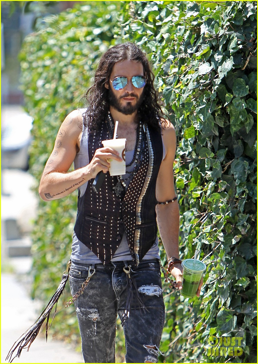 russell brand barefoot with smoothies 092697296