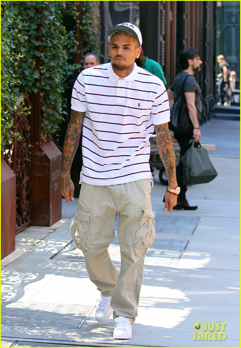 chris brown new york peace sign 042699602