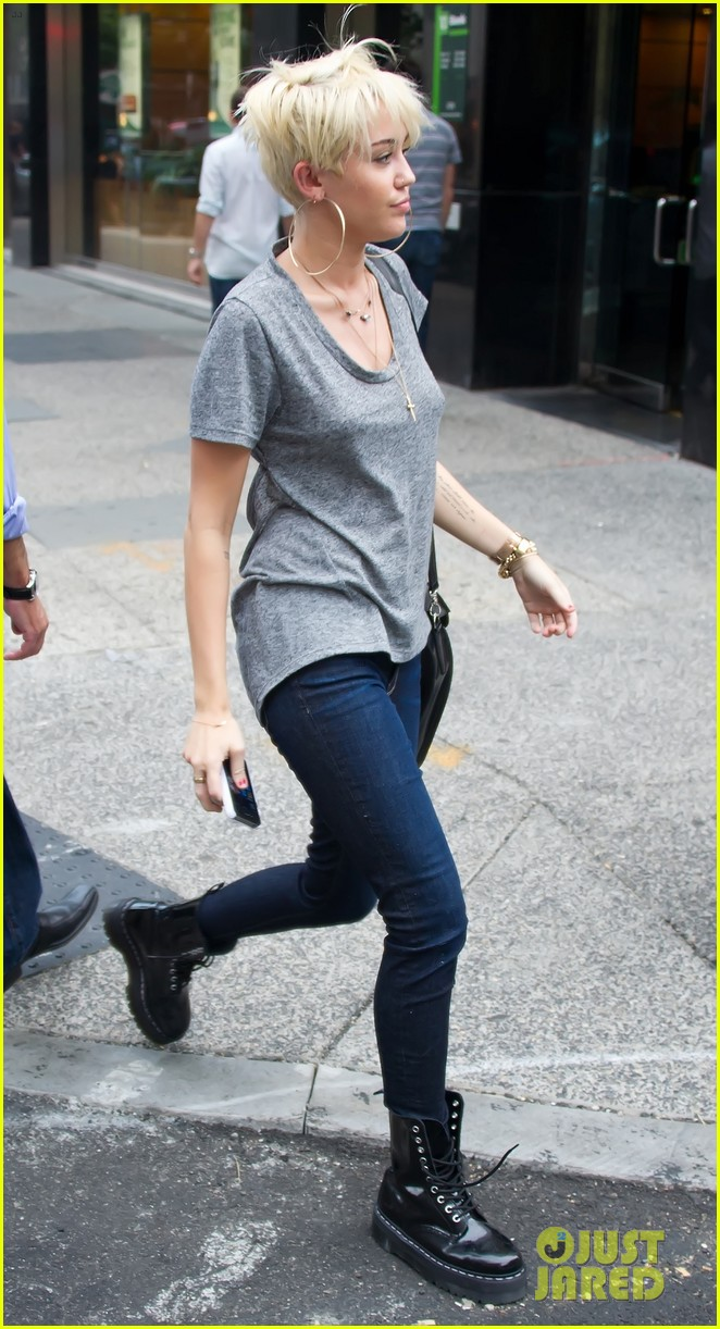 miley cyrus backless shirt philly 042708689