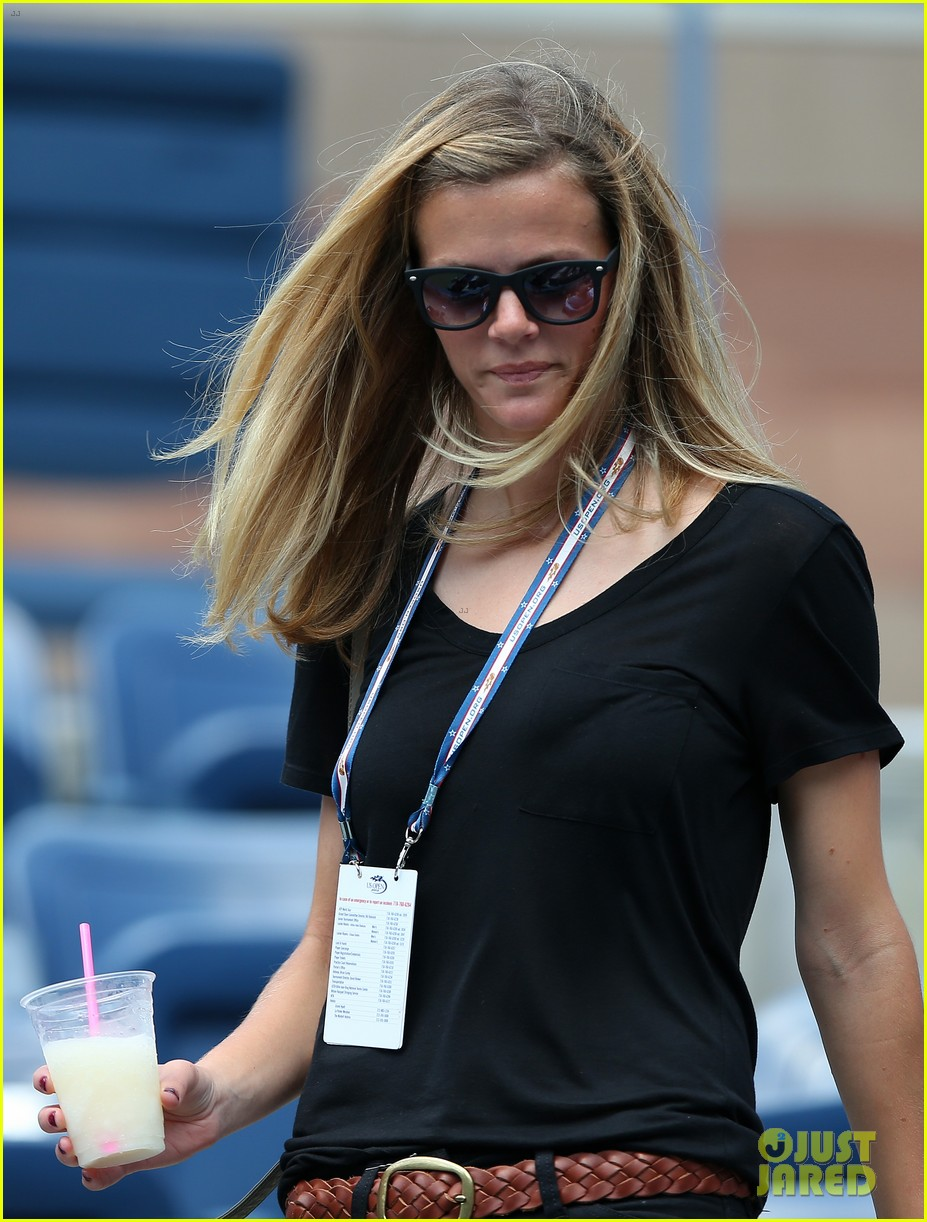 brooklyn decker cheers on andy roddick at u s open 04