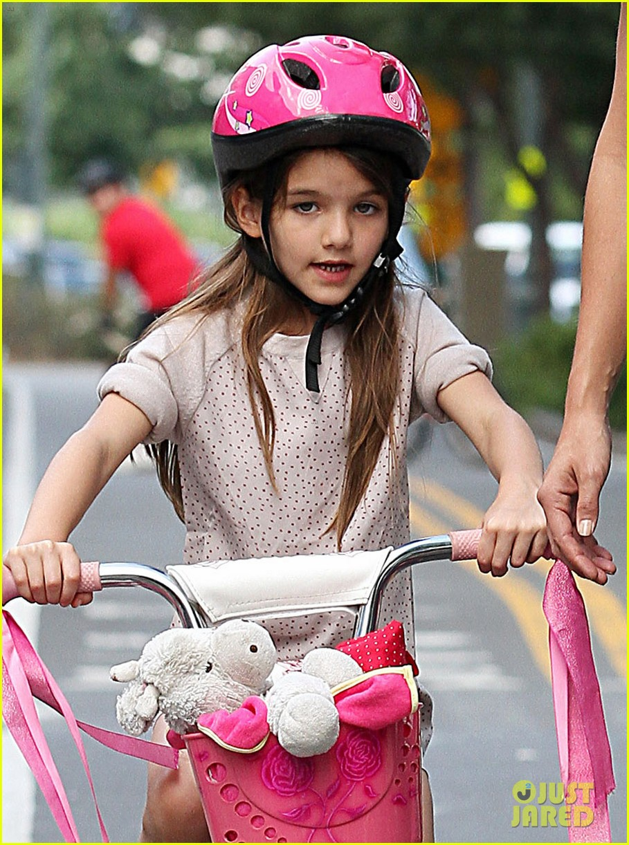 katie holmes teaches suri cruise to ride a bike 04