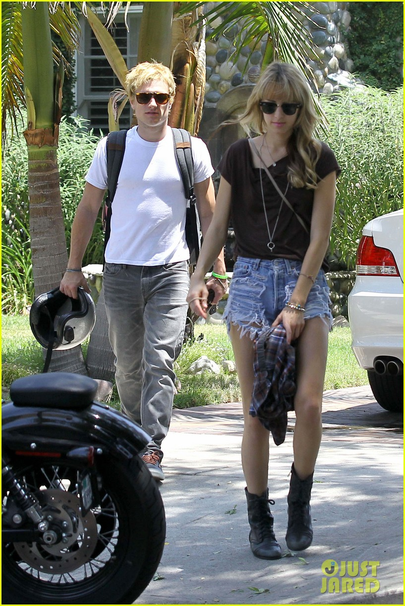 Who is josh hutcherson dating may 2012