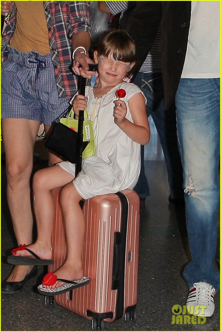 milla jovovich wheels ever through the airport 072709729