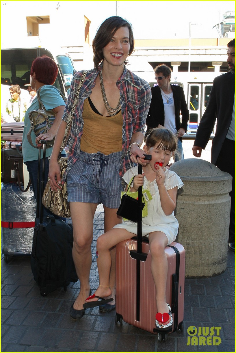 milla jovovich wheels ever through the airport 082709730